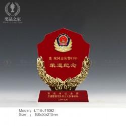 青岛公安奖牌 公安局赠送离退休干警纪念品 高档红水晶奖牌批发